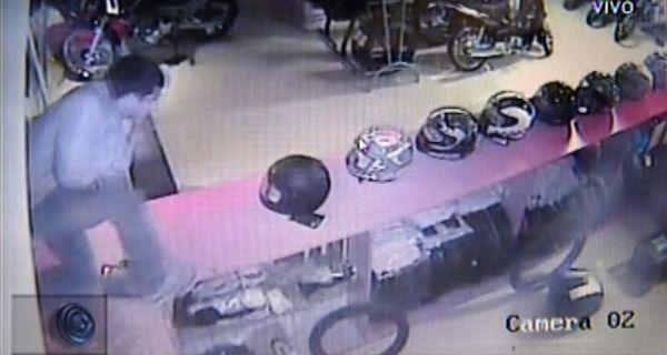 Saquean un local de venta de motos y la secuencia del atraco quedó registrada en video