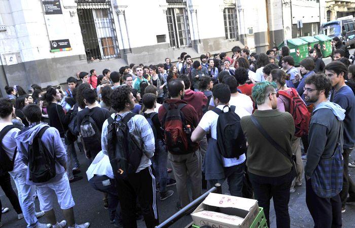 El edificio está tomado por los estudiantes desde ayer tras las heridas que sufrió una joven a la que se le cayó un blindex encima.