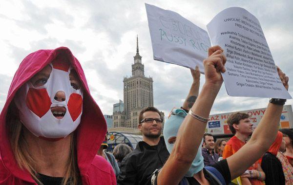 Protestas en Varsovia contra la condena de las chicas rusas. El uso de los pasamontañas alude al look de las Pussy Riot.