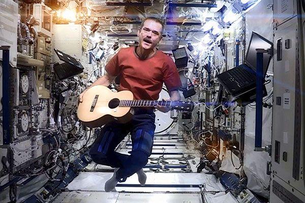 El astronauta hizo su propia versión de Space Oddity de David Bowie.