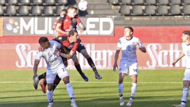 Debut goleador. Juan Fernando Garro anotó el 2 a 2 parcial en la victoria rojinegra 3 a 2 ante Talleres en el Coloso.