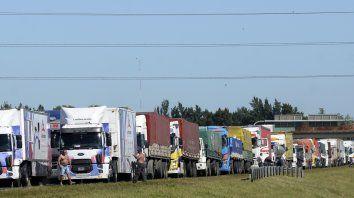 """Bolsas de Cereales y de Comercio del país advierten sobre los """"daños"""" que se generan en la cadena comercial a partir de la protesta de los transportistas autoconvocados."""