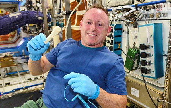 Pionero. El comandante Barry Wilmore sostiene la llave impresa en 3D usada para una reparación en la ISS.