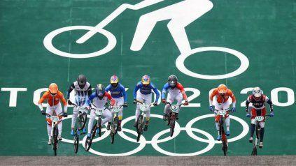 Ciclistas al empezar una de las ruedas de semifinales de BMX.