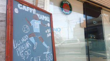 Caffé Napoli. En pleno corazón santafesino, el bar está ambientado con todas las postales que formaron parte de la vida de Diego Maradona y su paso por Nápoles.
