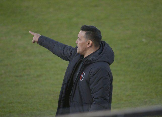 Con intensidad. El Negro dio muchas indicaciones en Paraná. El equipo rescató un empate.