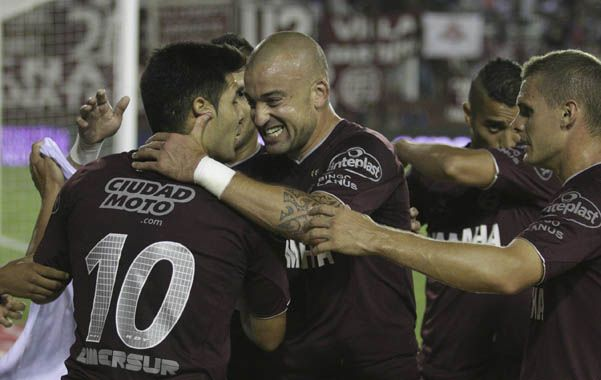 El 1-0. Los grantes festejan el gol del delantero Romero