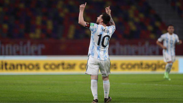 Festejo divino. Leo Messi mira el cielo y celebra un gol con la selección.