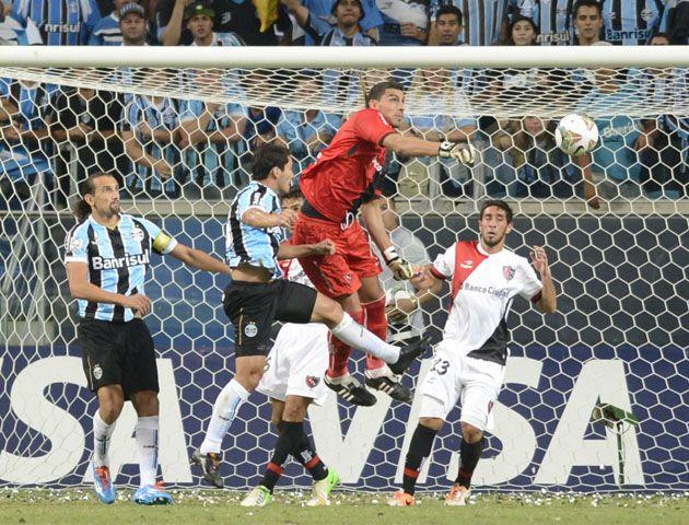 Guzmán rechaza un avance brasileño. El Patón fue muy exigido.