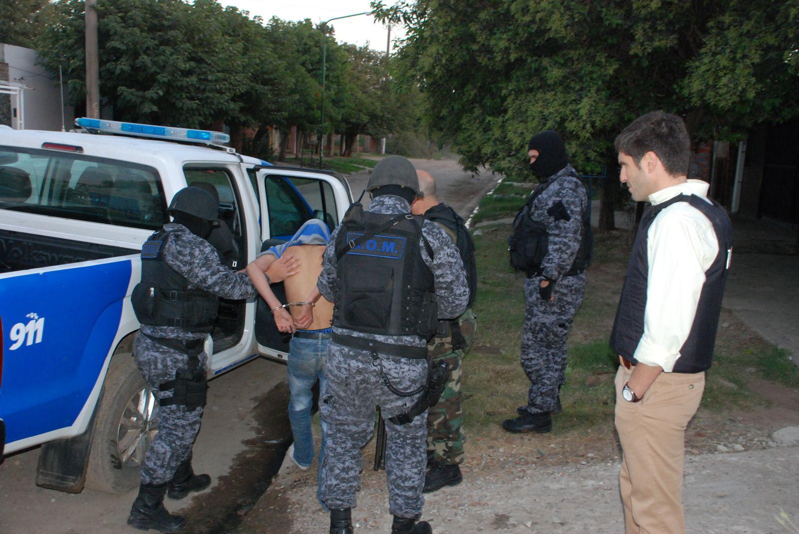 El ministro Pullaro en uno de los lugares donde se cumplieron los allanamientos en Pérez.