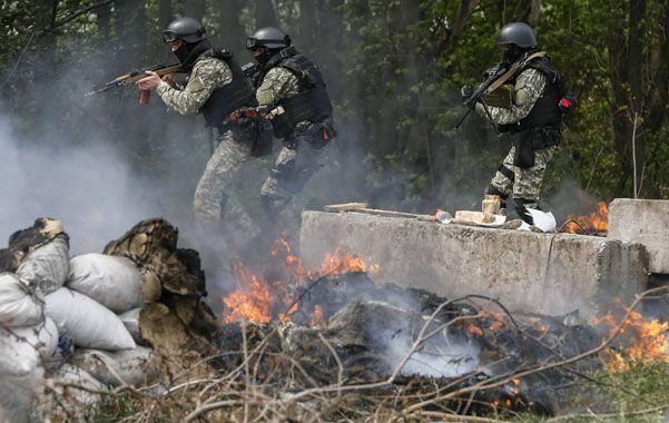 En acción. Los comandos ucranianos recuperan un puesto de control en las afueras de Slaviansk.