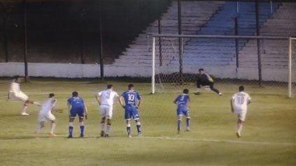 Nicolás Quintana anota de tiro penal el gol del triunfo del trapero.