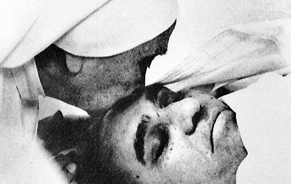 24 de marzo de 1980. Una monja besa la frente de Romero apenas iniciado el sepelio en la iglesia que lo mataron.
