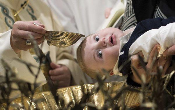 El Papa Francisco bautízó ayer a 33 niños durante una ceremonia cumplida en la Capilla Sixtina.