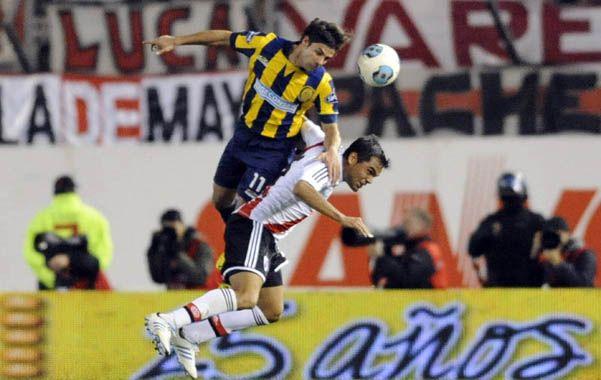 Más alto. Diego Lagos le gana la posición a Mercado. El volante canalla jugó los dos primeros encuentros como titular. (foto: Gustavo de los Ríos)