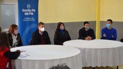 Coronda. El ministro de Desarrollo Social, Danilo Capitani, entregó tarjetas a jóvenes que aprenden oficios.