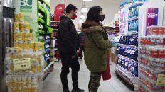 Los rosarinos observan en detalle las góndolas antes de comprar.