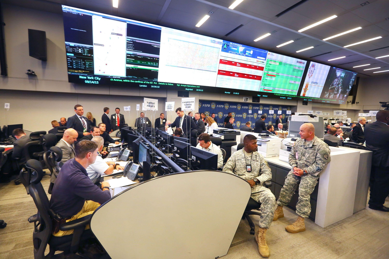 Aprestos. Efectivos de distintas fuerzas de seguridad se reunieron ayer en un centro operativo de Nueva York.