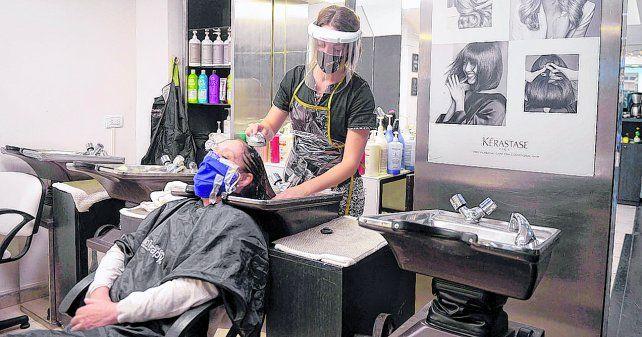 En acción. Una peluquera