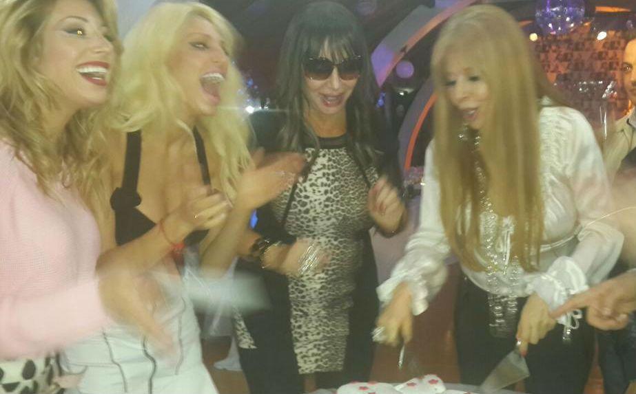 Moria Casán festejó cuando Graciela Alfano se tomó el trabjo de cortar la torta de cumpleaños.