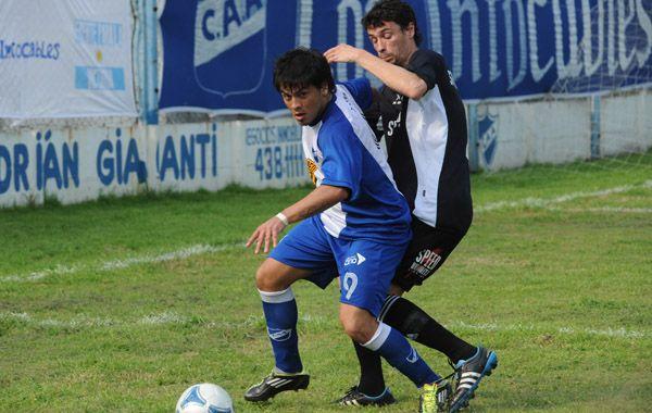 Le faltó final. El Puma Juárez intentó siempre pero perdió con los altos centrales de Deportivo Riestra. (Foto: Alfredo Celoria)