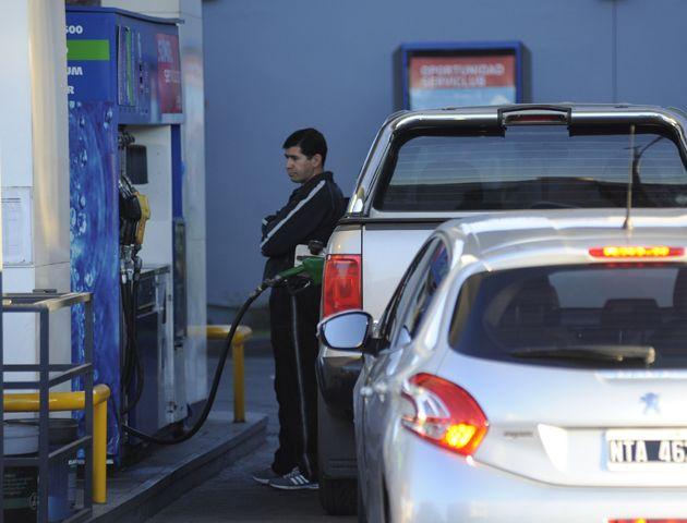 Llenar el tanque de nafta un vehículo supera los 600 pesos.