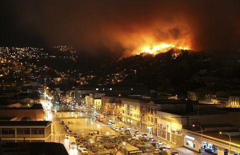 El incendio destruyó al menos 500 viviendas y mantiene en vilo a unas 5.000 personas que debieron ser evacuadas.