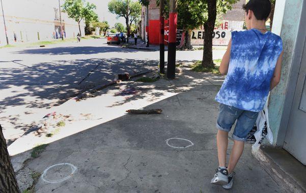 Marcas. Los círculos en el piso marcan el lugar donde quedaron diseminadas las vainas de los proyectiles asesinos. (foto: Celina Mutti Lovera)