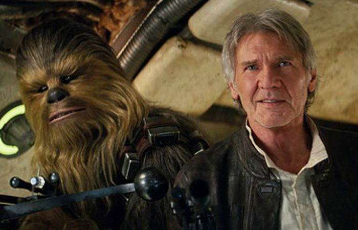 Harrison Ford -Han Solo en la película- y Chewbacca durante la presentación en Hollywood.
