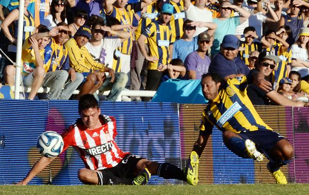 Por el piso. Hernán Encina cae en el intento por superar la marca de Jonathan Silva. (Foto: M. Bustamante)