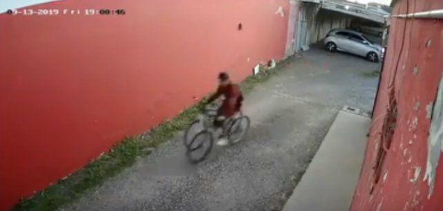 Una cámara de seguridad capta el momento en el que se produce el robo de una bicicleta en pleno centro de Venado Tuerto.