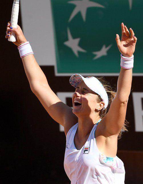Nadia Podoroska alza los brazos