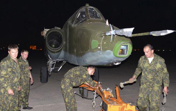 Ayuda clave. Los bombarderos Su-25 son manipulados por técnicos rusos a su llegada al aeropuerto de Bagdad.
