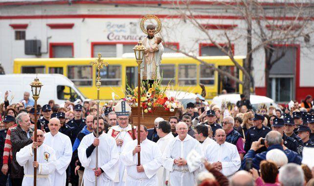 La procesión de San Cayetano congregaba a cientos de fieles.