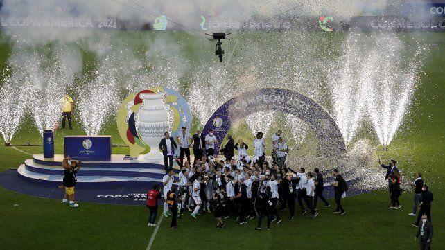 Los jugadores de Argentina levantan la copa después de vencer 1-0 a Brasil durante la final de la Copa América en el estadio Maracaná de Río de Janeiro, Brasil, el sábado 10 de julio de 2021 AP Photo / Silvia Izquierdo