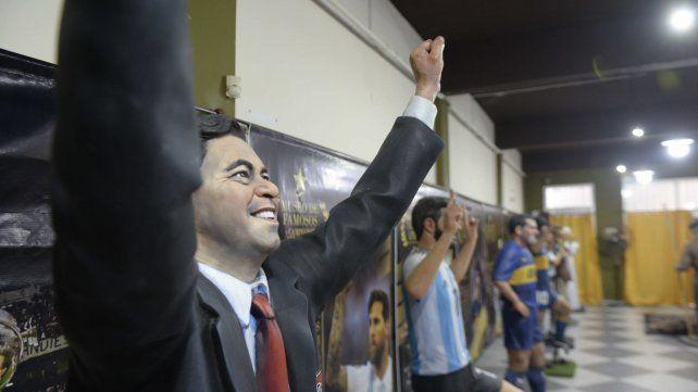 El director técnico de River, Marcelo Gallardo, con los brazos en alto.