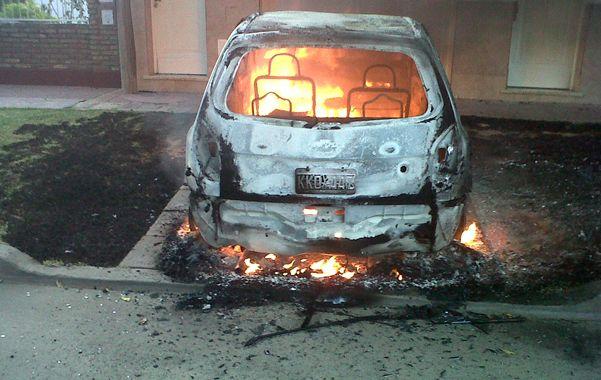 Perdriel 1029. Un automóvil consumido por las llamas frente a la vivienda donde dormía su dueña.