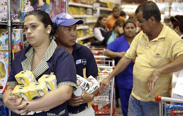 Resignación. Los clientes de un comercio de Caracas aguardan en fila para pagar los productos allí conseguidos.