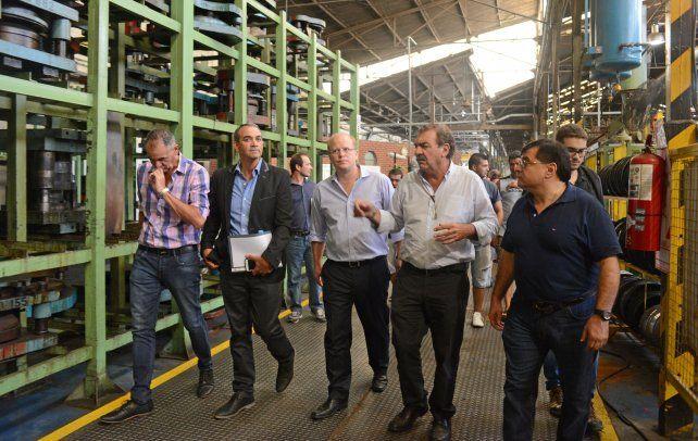 El ministro Contigiani durante un recorrido por la planta Mefro Wheels.