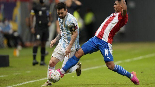 Lionel Messi y el paraguayo Santiago Arzamendia pelean por el balón. AP Photo / Ricardo Mazalan