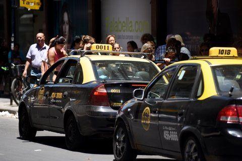 Los taxis sufren a diario la competencia desleal de los remises truchos.