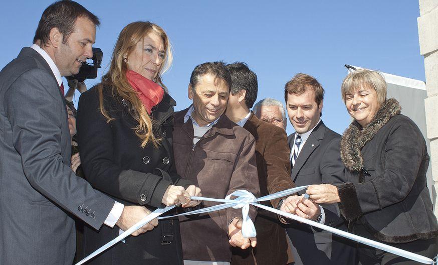 La ministra Giorgi (segunda de la izquierda) corta cintas junto a industriales y autoridades locales.