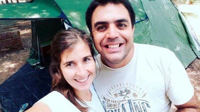 Sirera y Bernal en una postal posando felices. Dos hijos varones de seis y ocho años quedaron sin su madre.