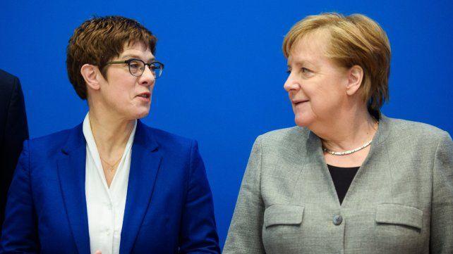 Adiós. Annegret Kramp-Karrenbauer y Merkel se vieron ayer en Berlín. Una gran decepción para la canciller.