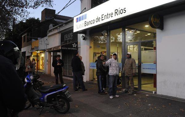 La sucursal. Los ladrones asaltaron al portavalores frente al Nuevo Banco de Entre Ríos de San Martín al 4400. (Foto: M. Bustamante)