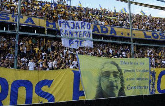 La bandera en homenaje al líder narco fue ubicada en el primer tiempo detrás del arco que ocupó el arquero de Boca