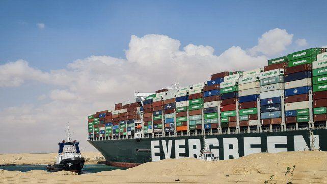 El carguero Ever Given encalló en el Canal de Suez el pasado martes debido a una fuerte tormenta de arena.