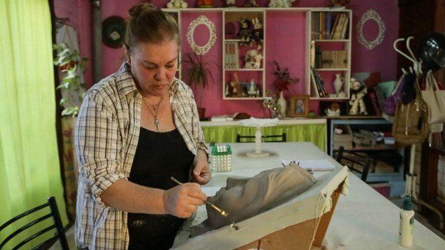 El rostro se hace en yeso para moldura y se funde en plomo. La artista a cargo es Silvia Soldevila de Cacciurri.