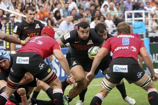 Creevy intenta romper el bloqueo de Lions en el partido disputado en el Amalfitani.