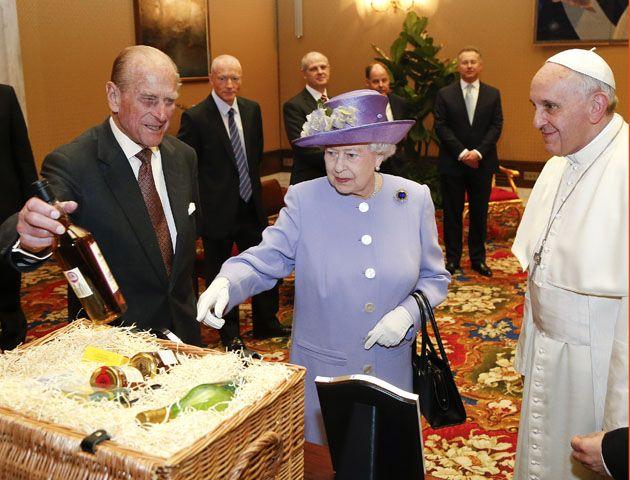 La reina Isabel de Inglaterra se dirige a la sala de audiecnias junto al papa Francisco. (Foto: AP)